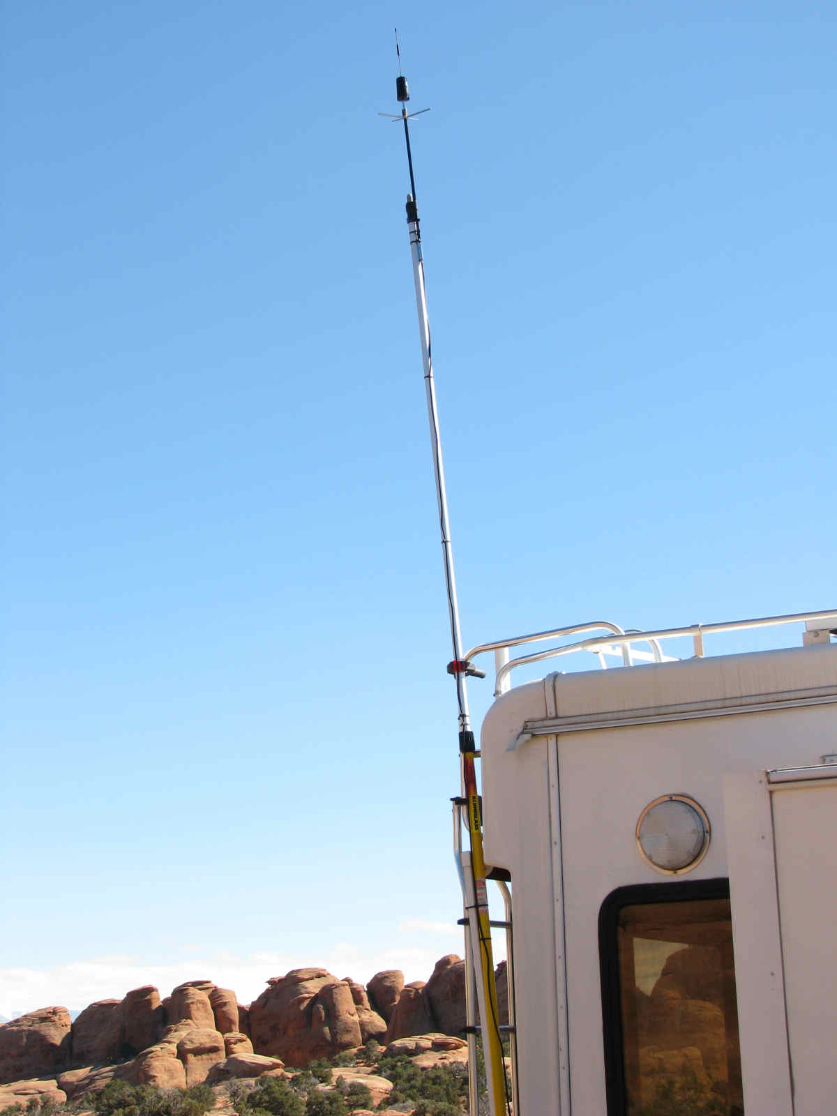 1fe4291bcf7 Cell antenna on pole.jpg (68139 bytes)